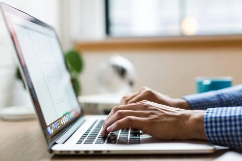 ノートパソコンをタイプする手