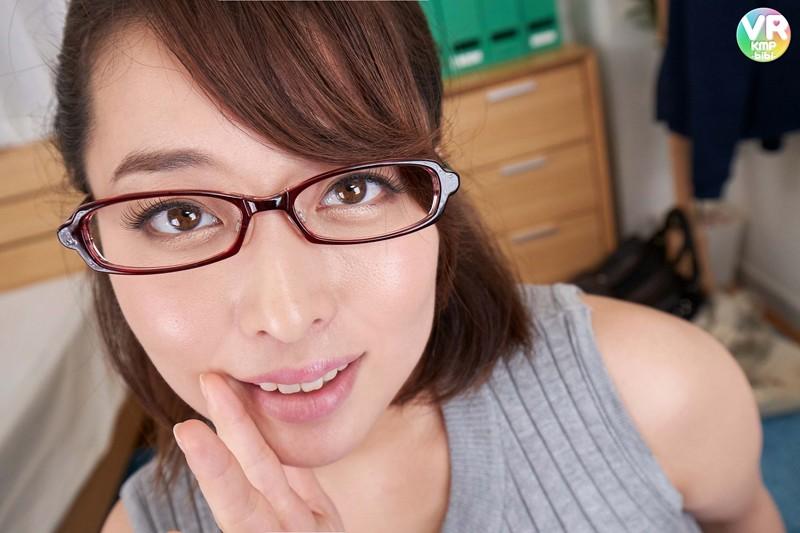 篠崎かんなのメガネ姿